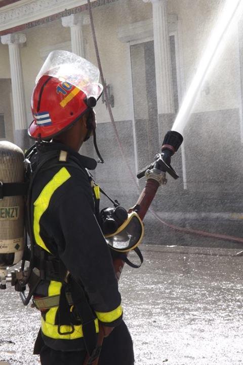 """Incendio en """"El Incendio"""". Foto: Dunia Chinea/ Radio Guamá."""