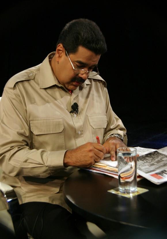 El Presidente Nicolás Maduro deja un mensaje al periodista de Granma en un ejemplar de la edición del día del periódico. Foto: Daylén Vega/Cubadebate