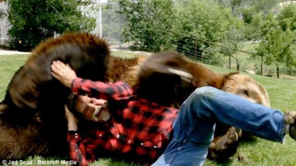 Doug y los osos se demuestran afecto al interactuar y jugar. Foto: Dailymail.co.uk
