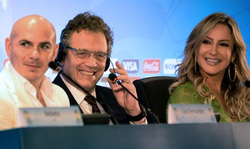 La cantante brasileña Claudia Leitte junto a su colega estadounidense Pitbull y el secretario general de la FIFA, Jerome Valcke (C), en rueda de prensa en el estadio Maracaná de Rio de Janeiro, el 23 de enero de 2014 Foto:AFP,/Vanderlei Almeida