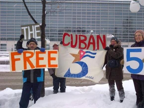 En medio de la nieve y las gélidas temperaturas hoy en Canadá, personas solidarias llevaron su mensaje de apoyo a Los Cinco hasta el frente de la embajada de EEUU en Ottawa. Foto: Freedom for the Five