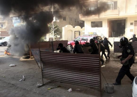 Antidisturbios egipcios en un enfrentamiento con islamistas. Foto: EFE