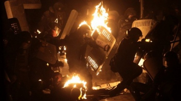 Los extremistas que participan en las manifestaciones en Kiev en choque con la policía.