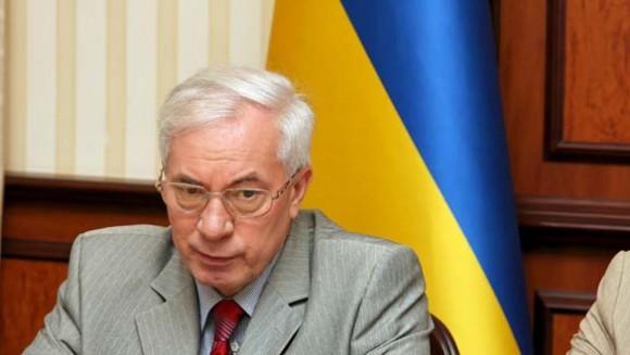 Nikolái Azárov renuncia ante presiones sociales.
