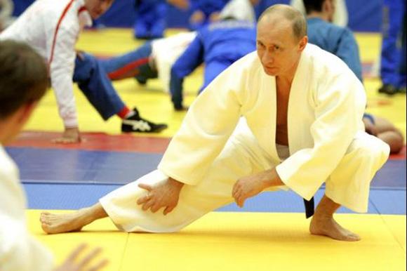 El presidente de Rusia Vladimir Putin posee el cinturón y diploma honorífico noveno dan en las artes marciales tradicionales coreanas de taekwondo. Foto: