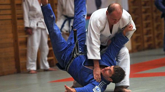 artes marciales, monta a caballo, esquía, practica bádminton, hockey y pesca. Foto:RIA Novosti.