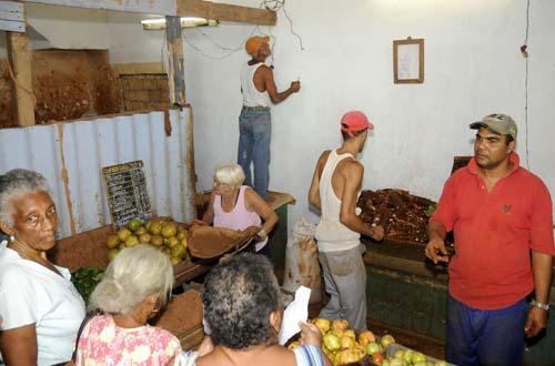 Arrendamiento a cooperativas agropecuarias para la venta a la población.Esta es la de Peñalver y Campanario. Fotos: Alberto Borrego Avila.