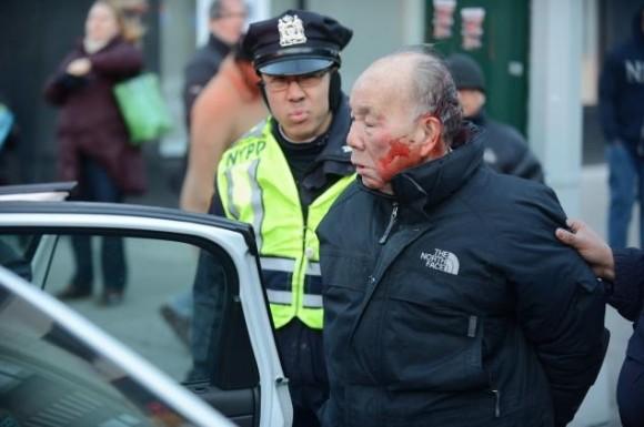 Policías de Nueva York golpean a un anciano en plena calle. Foto: Andrew Savulich/ NEW YORK DAILY NEWS