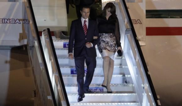 Enrique Peña Nieto y su esposa Angélica Rivera, al llegar a Cuba, el 27 de enero de 2014. Foto: AP