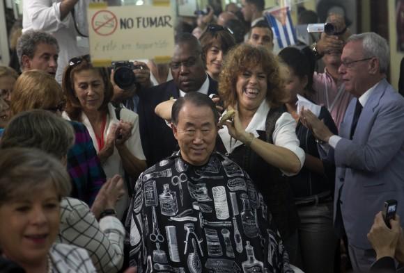 Ban Ki-moon en La Habana. El secretario general de la ONU, que está en Cuba como invitado a la II Cumbre de la Celac, hizo hoy un recorrido por el centro histórico de La Habana y visitó el Centro Nacional de Educación Sexual (Cenesex) que dirige Mariela Castro. Foto: Ramón Espinosa/ AP.