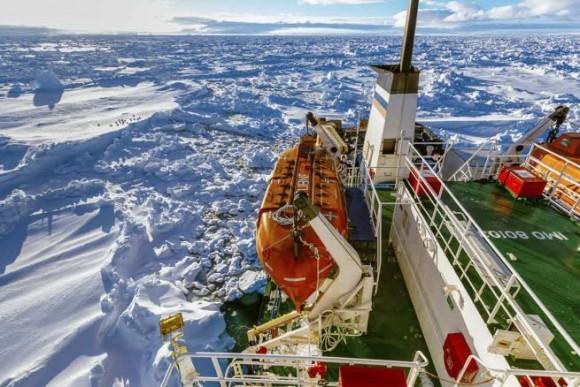 El barco dejó Nueva Zelanda el 28 de noviembre en una expedición privada para conmemorar el centenario de un viaje a la Antártida.