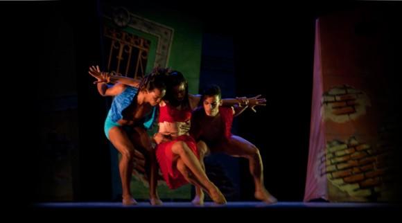 Bailarines de Endedans, compañía de danza contemporánea en Camagüey, interpretan la obra Momento en el viento.
