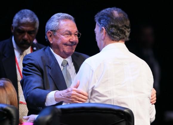 Raúl Castro saluda al presidente de Colombia, Juan Manuel Santos, en la clausura de la Cumbre de la CELAC. Foto: Ismael Francisco/ Cubadebate