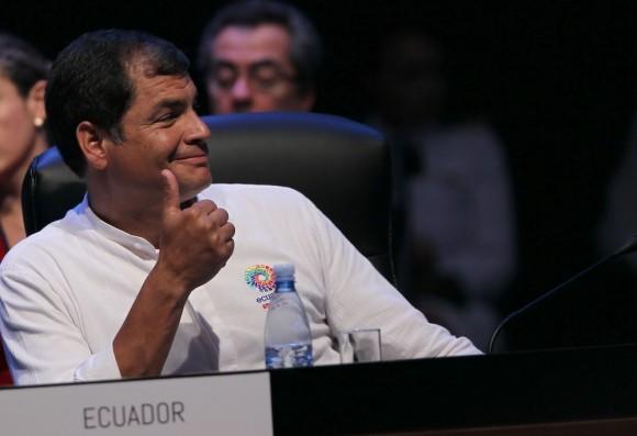 Reacción del Presidente Correa cuando Juan Manuel Santos lo felicita en la Cumbre. Foto: Ismael Francisco/ Cubadebate
