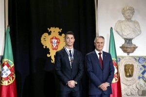 Cristiano Ronaldo estuvo acompañado en la ceremonia por sus familiares, funcionarios de los gobiernos de Portugal y España, el presidente del Real Madrid Florentino Pérez y el técnico de Portugal Paulo Bento. Foto: EFE