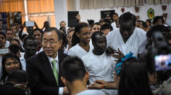 Ban Ki-moon rodeado de estudiantes de la ELAM. Foto: Adalberto Roque/ AFP/ Pool