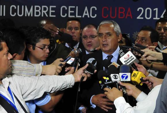 """""""Le voy a presentar un agradecimiento al presidente Raúl Castro por la cooperación que nos han dado en el tema de salud"""", dijo el Presidente de Guatemala a la prensa que lo abordó en la Sala de Conferencias. Foto: Ladyrene Pérez/ Cubadebate"""