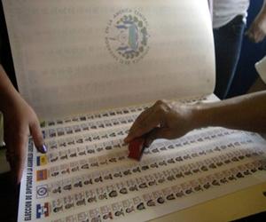 El Salvador y Costa Rica votan en calma