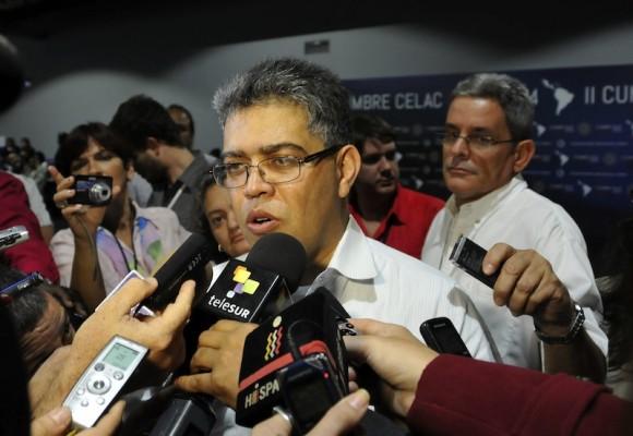 Elías Jaua ofrece declaraciones a la prensa. Foto: Ladyrene Pérez/ Cubadebate