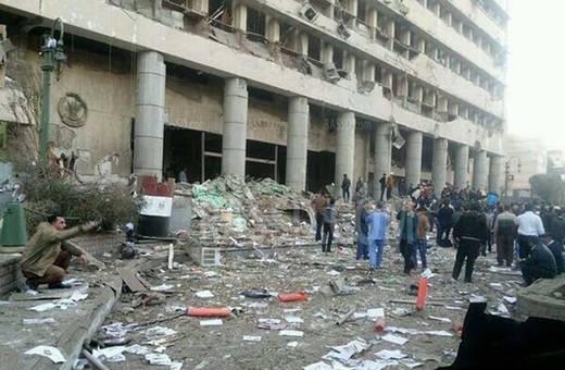 El primero de los atentados ha tenido como objetivo el edificio del Directorio de Seguridad de El Cairo, que alberga el cuartel general de la Policía egipcia y oficinas de los servicios de seguridad. Al menos cuatro personas han muerto, tres de ellas policias