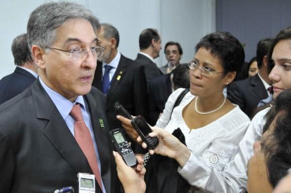 Fernando Pimentel (I), ministro de Desarrollo, Industria y Comercio Exterior de la República Federativa del Brasil, brinda declaraciones a la prensa, tras la firma de dos memorándum de entendimiento entre su país y Cuba, en la sede del ministerio de Comercio Exterior y la Inversión Extranjera (MINCEX), en La Habana,  el 27 de enero de 2014.  AIN FOTO/Roberto MOREJÓN RODRÍGUEZ