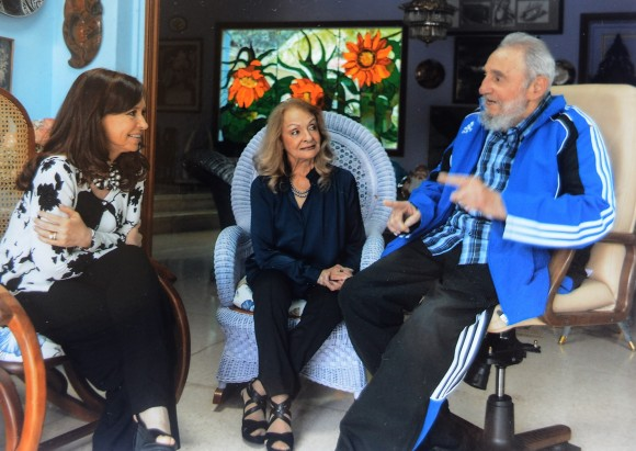 En la imagen, la mandataria Cristina Fernández conversa en La Habana con el líder de la Revolución cubana Fidel Castor. Foto divulgada por la Oficina de Prensa de la Presidencia de Argentina.