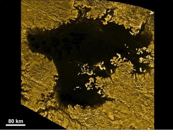 ¿Hay algún lugar en el sistema solar que sabemos que usted podría ir para un buen chapuzón? Luna brumosa Titán de Saturno es uno. El mundo helado es demasiado lejos del sol para tener agua líquida en su superficie. Pero las temperaturas son las adecuadas para los hidrocarburos como el metano y el etano fluyan, creando enormes mares como ésta, Ligeia Mare. Imagen: NASA / JPL-Caltech / ASI / Cornell