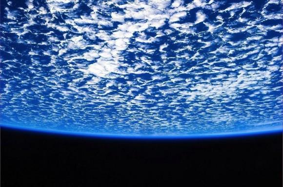 Nada podría ser mejor que flotar por encima de nuestro mundo en una nave espacial. Esta imagen, tuiteó por el astronauta de la ESA Luca Parmitano, muestra la belleza de nuestro planeta, con mar nubes reunión en una burbuja perfecta de espacio.