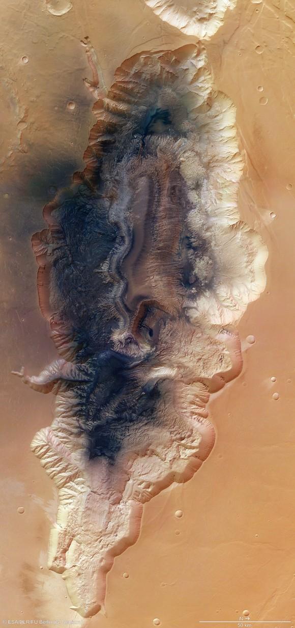 Marte es un mundo de extremos. Incluso un cañón de tamaño mediano llamado Hebes Chasma en el planeta rojo se ubicaría entre las más grandes en la Tierra. Imagine las vistas desde su borde. Imagen: ESA / DLR / FU Berlin (G. Neukum