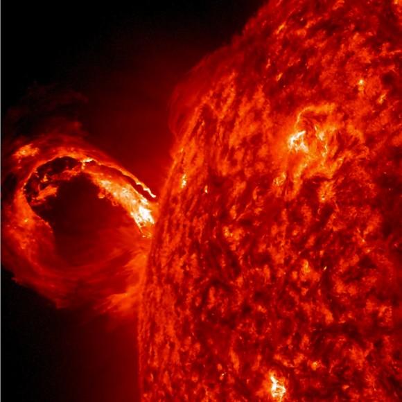 Una explosión de la superficie del Sol crea una ola de plasma ardiente. El evento dispara toneladas de partículas energéticas en el espacio, que en este caso se dirige de forma segura lejos de la Tierra. Imagen: NASA / Goddard / SDO