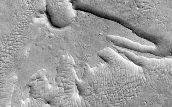 Es un pájaro! ¡Es un avión! Es un efecto de bajo ángulo de un asteroide o un cometa en Marte! El sendero espectacular fue cuando este cráter se forma es una cosa de belleza por su propia cuenta. Pero el hecho de que se ve como una especie de criatura mística sólo es un valor agregado.Imagen: NASA / JPL / University of Arizona