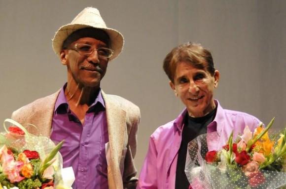 Gerardo Fulleda León (I), Dramaturgo, Investigador y Director Teatral y Nicolás Dorr (D), Dramaturgo y Novelista, merecedores del Premio Nacional de Teatro 2013 durante la gala de entrega de este reconocimiento, en ceremonia efectuada en el centro de Arte Dramático Bertolt Brecht, durante la conmemoración del Día del Teatro Cubano, en La Habana, el 22 de enero de 2014. AIN FOTO/Roberto MOREJÓN RODRÍGUEZ