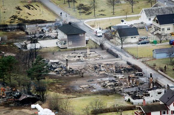 El fuego arrasa con al menos 23 casas de la pequeña ciudad de Laerdalsoyri, considerada patrimonio cultural de la humanidad por la UNESCO; no hay víctimas