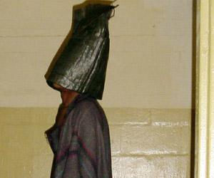 Prisionero encapuchado en Abu Grahib. Foto: AFP.