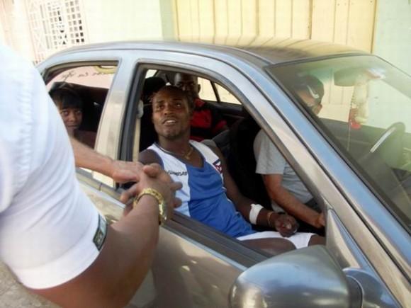 Apenas puede avanzar el carro donde va Julio César la Cruz, todos lo detienen para saludarlo. Foto:Miozotis Fabelo