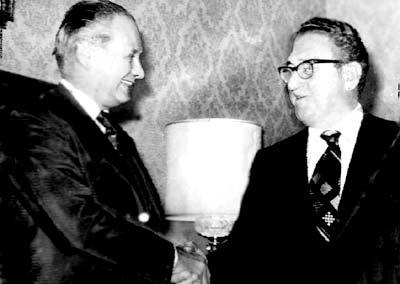 """César Guzzetti y Henry Kissinger.César Guzzetti es un personaje cuyo nombre, sin embargo, no aparece en la memoria de la época oscura argentina, a pesar de haber sido quien ofició de nexo con el gobierno estadounidense para pedirle su """"Ok"""" a las matanzas que culminaron con un número indeterminado de desaparecidos, cifrados entre 8 y 30 mil. Fue un marino que, con el rango de vicealmirante, asumió el Ministerio de Relaciones Exteriores y Culto durante la dictadura encabezada por Jorge Rafael Videla. Sufrió un atentado adjudicado a Montoneros en 1977. Quedó en estado de coma y, tras ser operado en EEUU, quedó mudo y cuadripléjico. Murió poco tiempo después. En aquella charla, Guzzetti le informó a Kissinger que """"el principal problema de nuestro país es el terrorismo""""."""