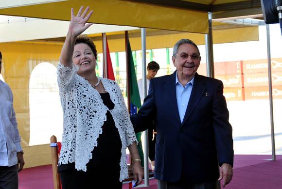 Dilma saluda a los presentes en la ceremonia, tras cortar la cinta. Foto: Ladyrene Pérez/ Cubadebate