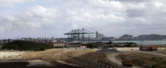 La Terminal de Mariel es ejecutada por la constructora brasileña Odebrecht y cuenta con una financiación de 682 millones de dólares del Banco Nacional de Desarrollo Económico y Social (BNDES), la mayor parte de una inversión total prevista en 957 millones de dólares. Foto: Ismael Francisco/ Cubadebate