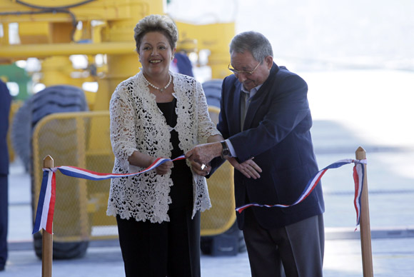 Dilma y Raúl cortaron la cinta que dejó inaugurada la primera fase de la Terminal de Contenedores. Foto: Ismael Francisco/ Cubadebate