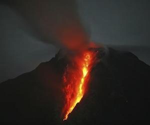 Anteriormente los investigadores creían que las erupciones supervolcánicas requerirían de terremotos que abrieran la corteza terrestre y dejaran escapar el magma. En la imagen, el Monte Sinabung en Sumatra del Norte, que ha lanzado lava de forma esporádica desde septiembre. La gráfica es del domingo pasado. Foto AP.