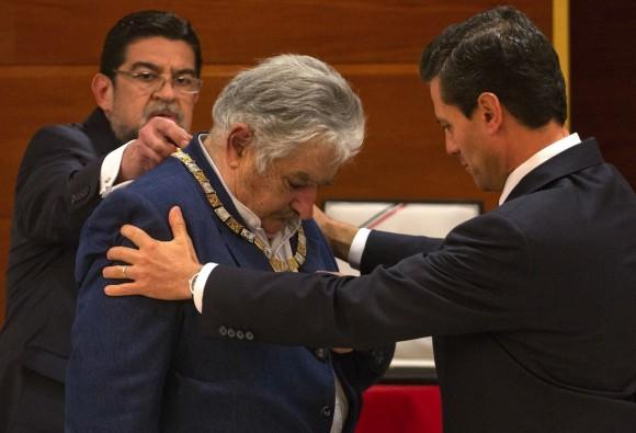 """José Mujica recibe el """"Águila Azteca"""" en grado de collar, de manos de su homólogo mexicano, Enrique Peña Nieto. Foto: Ramón Espinosa/ AP."""