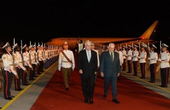El recibimiento en La Habana a Sebastián Piñera. Lo recibe Rogelio Alarcón, Ministro de Educación Superior de Cuba. Foto: La Tercera