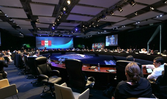 Dos momentos del plenario, mientras interviene Ollanta. Foto: Ismael Francisco/ Cubadebate