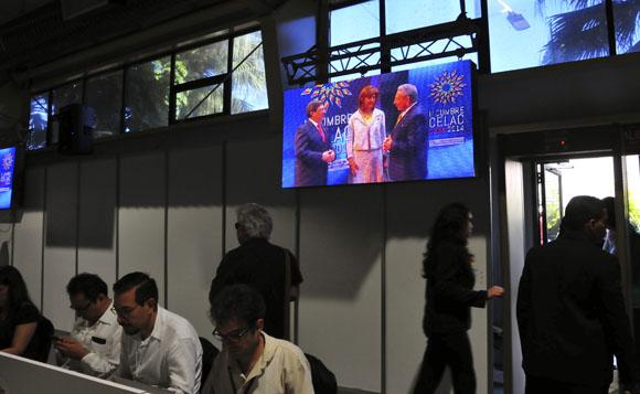 Imagen capturada desde la Sala de Prensa, del momento en que Raúl y Bruno saludan a la Canciller de Colombia, Maríá Ángela Holguín. Foto: Ladyrene Pérez/ Cubadebate