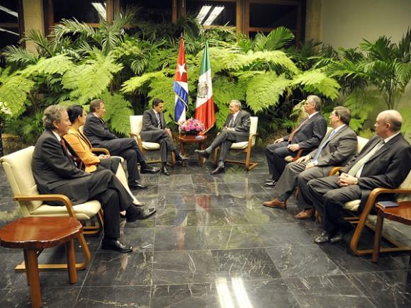 Raúl Castro recibe a la delegación oficial de México a la Cumbre de la CELAC, encabezada por el Presidente Enrique Peña Nieto. Foto: Estudios Revolución.