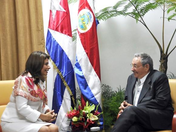 Raúl Castro recibió a Laura Chinchilla. Foto: Estudios Revolución.