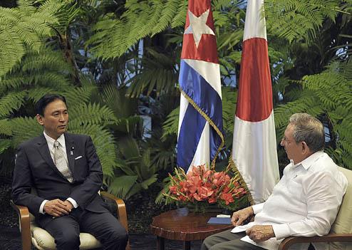El General de Ejército Raúl Castro Ruz, Presidente de los Consejos de Estado y de Ministros, recibe a Keiji Furuya, ministro japonés y Presidente de la Liga Parlamentaria de Amistad Japón-Cuba.