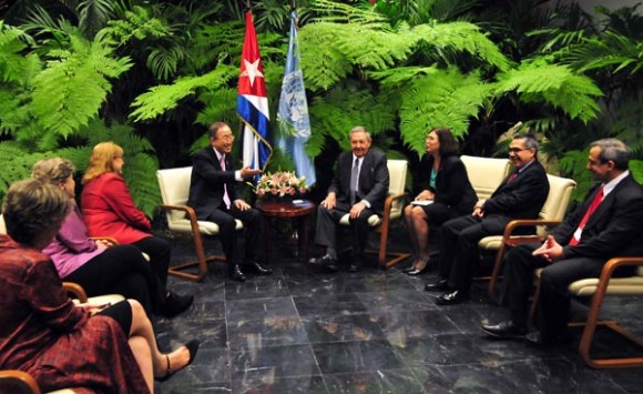 Raúl Castro y Ban Ki-moon sostienen animado diálogo en La Habana. Foto: Ricardo López Hevia/Granma