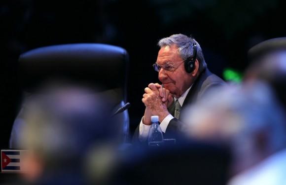 Raúl observa la intervención del Presidente Sebastián Piñera, en CELAC. Foto: Ismael Francisco/ Cuba