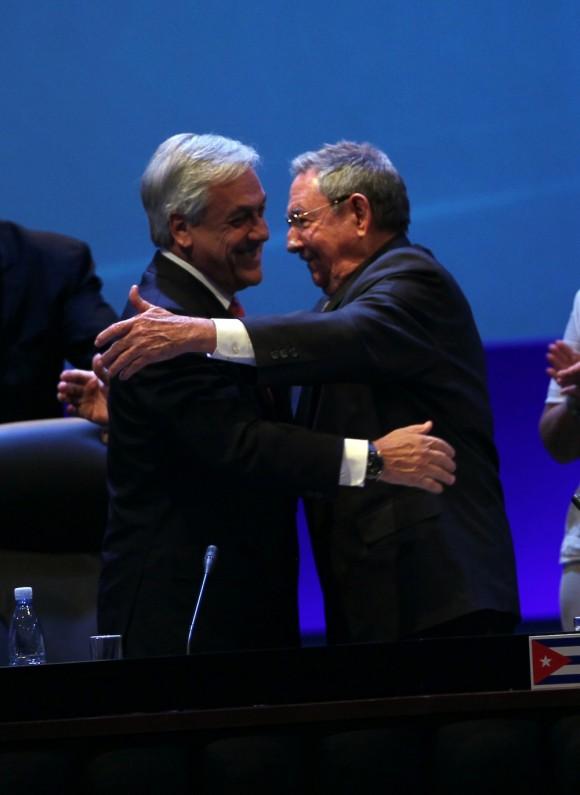Abrazo entre Sebastián Piñera y Raúl Castro en CELAC. Foto: Ismael Francisco/ Cuba